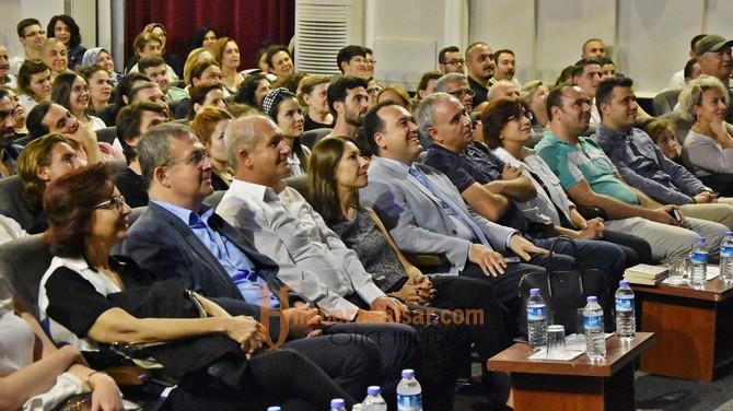 Sunay Akın, Akhisar'da ayakta alkışlandı