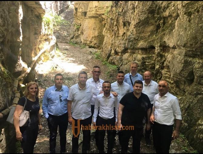 Akhisar ile Bosna arasındaki kardeş köprüsü devam ediyor