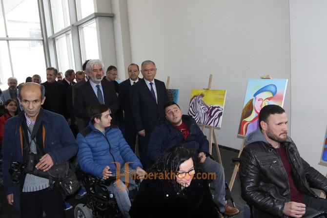Ayaklarıyla Resim Yapan Rabia Akhisar'da resim sergisi açtı