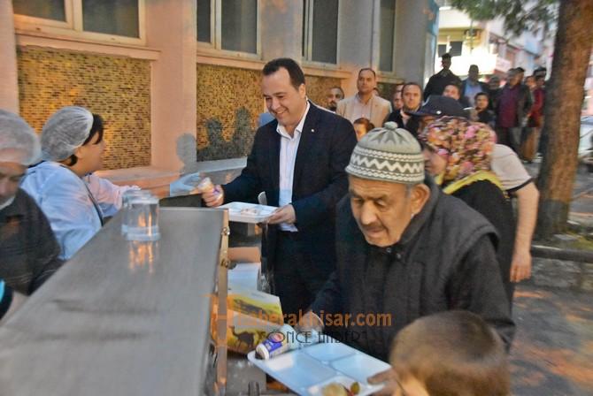Başkan Dutlulu, ilk iftarını halkla birlikte açtı