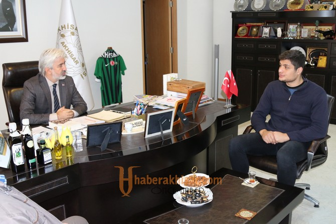 Akhisar Belediye Başkanı Salih Hızlı, şampiyon boksörü konuk etti