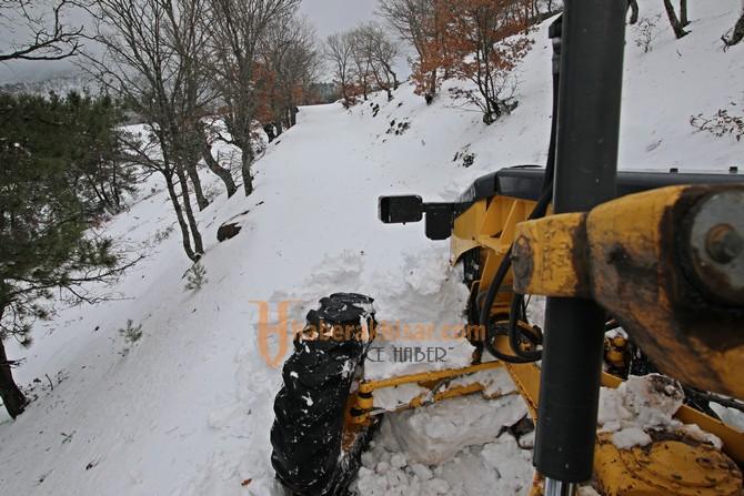 Akhisar Belediyesi, 4 gündür karda mahsur kalan vatandaşları kurtardı
