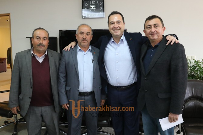 Akhisar Belediye Başkanı Besim Dutlulu, tebrikleri kabul ediyor