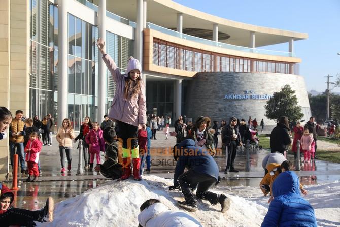 Akhisar Belediyesi'nden çocuklara kar sürprizi