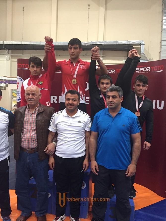 Akhisar Belediyespor güreşçi Onur Yurtada, Türkiye Şampiyonu oldu