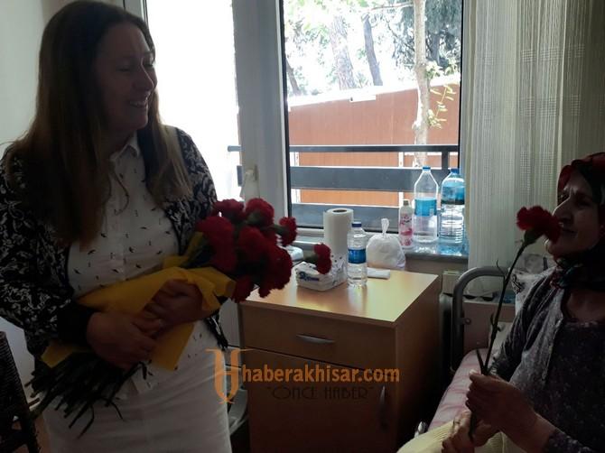 Akhisarlı özel çocuklardan huzurevine anneler günü sürprizi