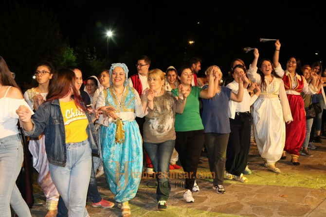 Kültür Buluşması gecesinde Balkan Göçmenleri şovu