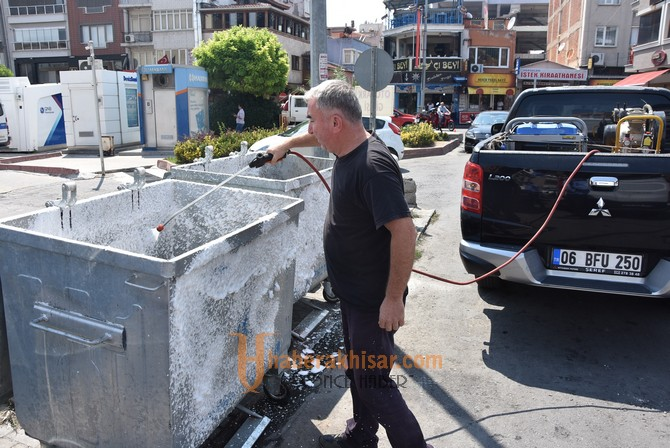 Daha temiz bir Akhisar için çöp konteynerleri temizleniyor