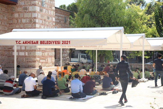 Akhisar Belediyesi'nden Tarihi Camiye Tente Desteği