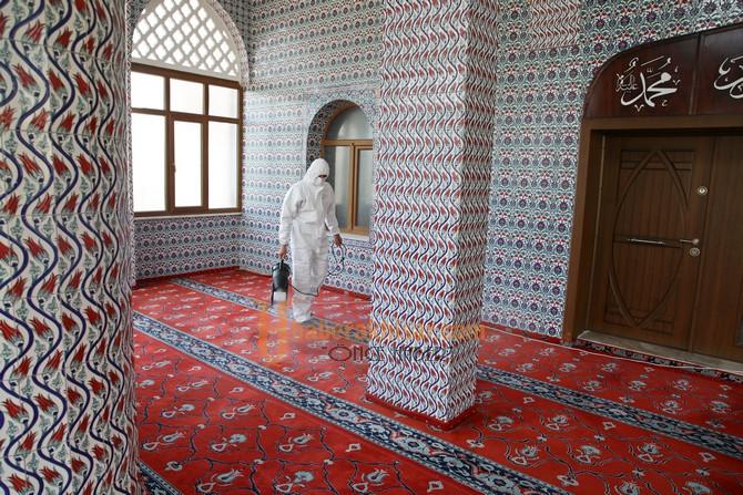 Akhisar Belediyesi İbadete Açılacak Camileri Dezenfekte Ediyor